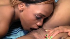 Caramel lesbians Honey Droppz and Moni Bella make each other cum hard