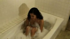 Hot Eve gets lonely and plays with herself while taking a bath